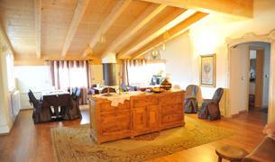 La sala  colazioni riservata agli ospiti del B&B si trova nell attico con vista sul parco Asburgico e sul centro storico. Qui vengono servite le colazioni dove non possono mancare oltre che alle torte fatte in casa i Prodotti tipici Trentini essendo i