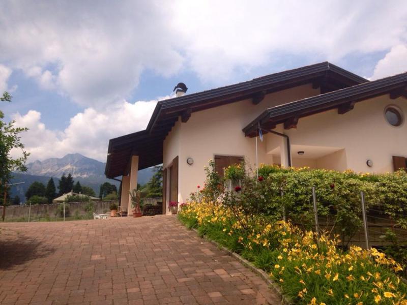 esterno Alle Vigne con vista sul Monte Stivo